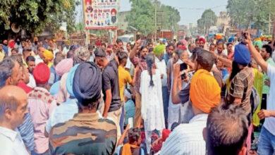 Photo of आमने-सामने:मोरिंडा में मुख्यमंत्री आवास के पास रोड जाम के चलते दुकानदार और प्रदर्शनकारी आमने-सामने